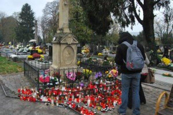Novomestský cintorín navštívili počas sviatkov ľudia z celého Slovenska