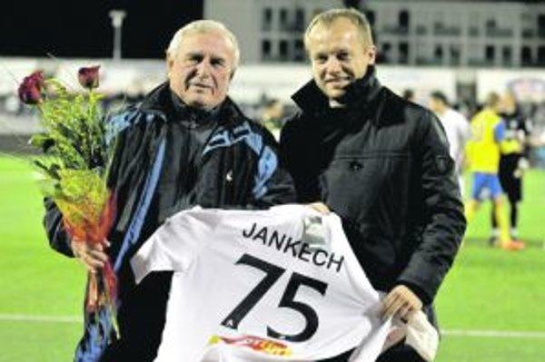 Jozefovi Jankechovi blahoželal aj generálny manažér AS Trenčín Róbert Rybníček.