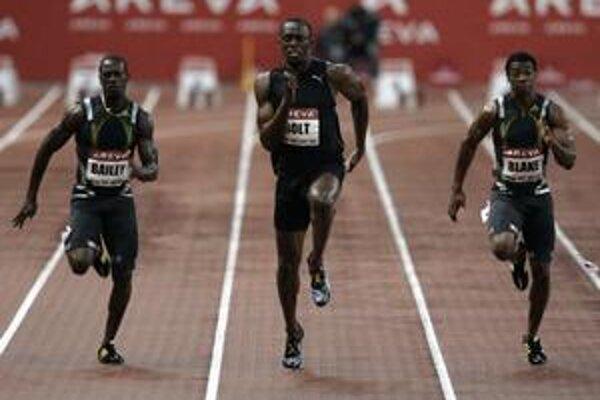 V rýchlej, hoci daždivej parížskej stovke dobehli na stupeň víťazov traja z jedného kingstonského klubu. Zľava Daniel Bailey z Antiguy (druhý), Usain Bolt (víťaz) a Yohan Blake (obaja Jamajka, tretí). Všetkých trénuje Glen Mills.