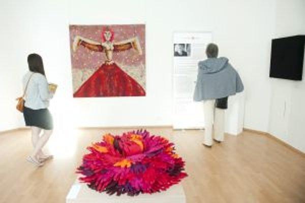 Návštevníčky si prezerajú vystavené diela počas slávnostného otvorenia výstavy s medzinárodnou účasťou Trienále textilu bez hraníc 2012 - 2013 v trenčianskej Galérii M. A. Bazovského