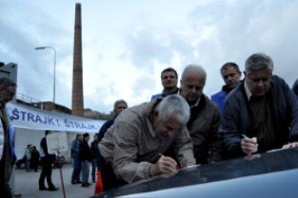 Zamestnanci ZTS Metalurg Steel Dubnica nad Váhom vyhlásili ráno pred sídlom firmy ZTS Metalurg Steel ostrý štrajk