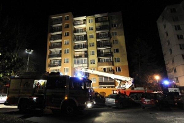 V jednom z bytov paneláka na sídlisku SNP v Trenčianskych Tepliciach došlo krátko pred sedemnástou hodinou l výbuchu. Zahynul 42-ročný muž.