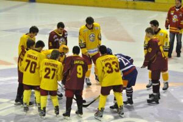Úvodné buly počas spomienkového hokejového zápasu pri príležitosti nedožitých 37. narodenín Pavla Demitru medzi Dukla Trenčín - Výber Slovenska.