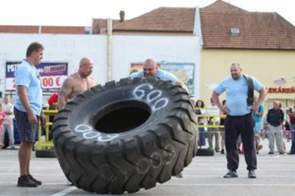 Súťažiaci zápasili aj so 600-kilogramovými pneumatikami.