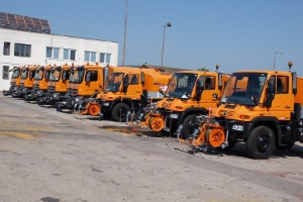 Správe ciest Trenčianskeho samosprávneho kraja pribudli nové čistiace stroje.