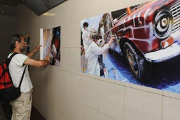 Fotografie v podchode sú spomienkou na júnové Korzo mladých 2011.