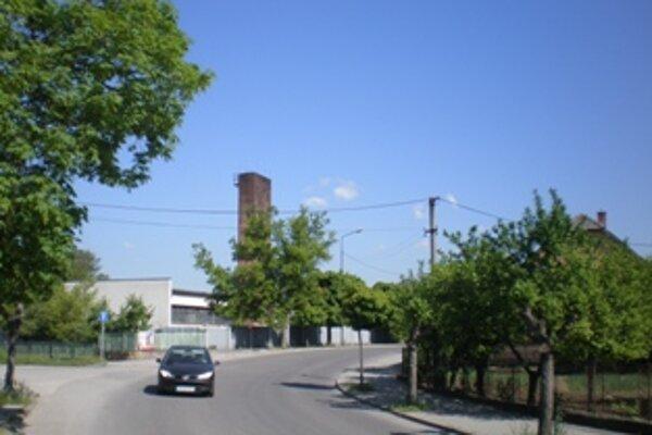 Komín kotolne, ktorá je v husto obývanej časti mesta medzi rodinnými domami, už ľuďom dymiť nebude.