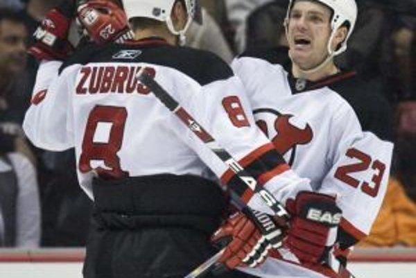 Hráči New Jersey Devils Dainius Zubrus (8) a David Clarkson oslavujú gól druhého menovaného do siete Anaheimu.