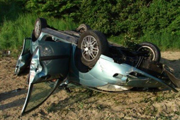 Pri dopravnej nehode zomrela 24-ročná spolujazdkyňa.