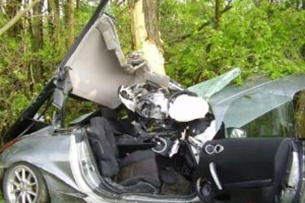 Auto zostalo mimo vozovky zakliesnené v strome.