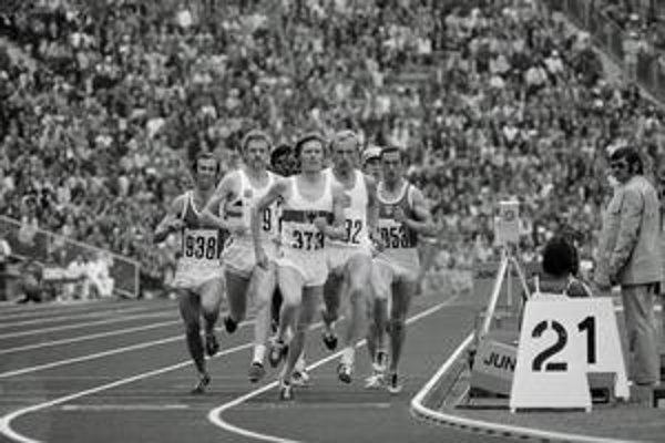 Jozef Plachý štartoval na štyroch olympiádach (na hornej snímke druhý sprava).