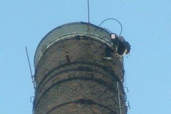 Muž vyliezol na komín a chcel spáchať samovraždu.