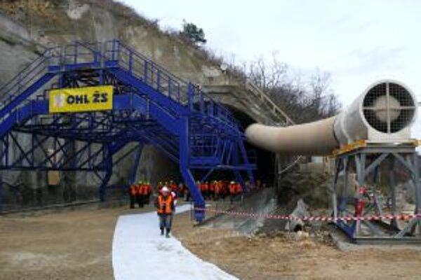 Modernizácia pokročila k Trenčínu, jej súčasťou je aj výstavba tunela pod Tureckým vrchom.