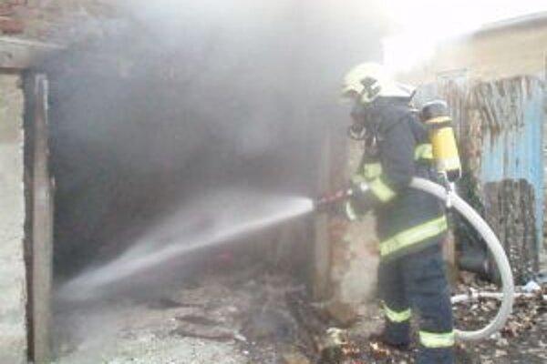 Pri požiari zasahovali štyria hasiči