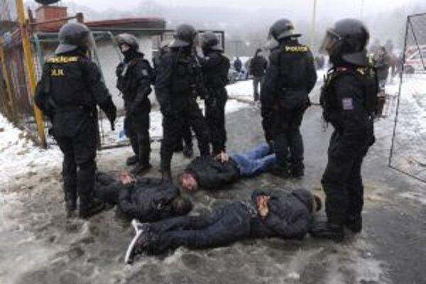 Českí policajti zasahujú vo vzájomnom strete fanúšikov s políciou počas zápasu v Luhačoviciach.