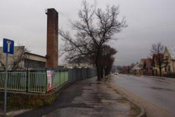 Komín starej kotolne v areáli vojenskej tlačiarne v Nemšovej je stále dôvodom na sťažnosti obyvateľov.