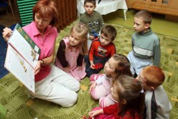 Riaditelia uprednostňujú pri zápisoch osobný kontakt s deťmi a rodičmni