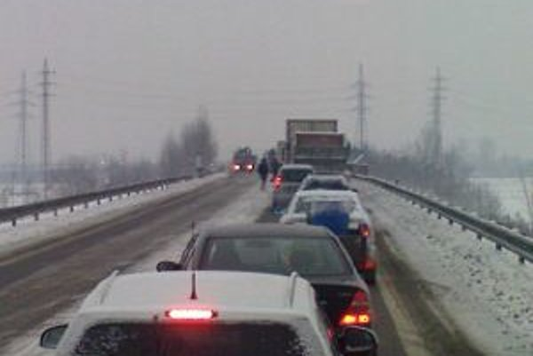 Pred tri nehody sa vytvorili dlhé kolóny áut. Diaľničný privádzač bol hodiny neprejazdný.