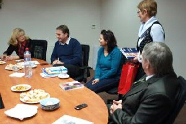 Stretnutie konzula s iniciátorkami zbierky.