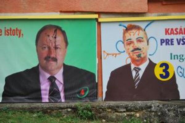 Vandali zničili aj bilbordy kandidátov nainštalované v tesnej blízkosti.
