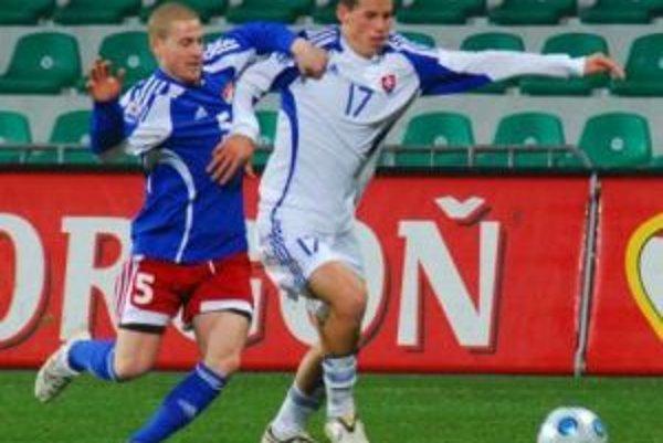 Marek Hamšík (vpravo) v súboji s Martinom Stocklasom.