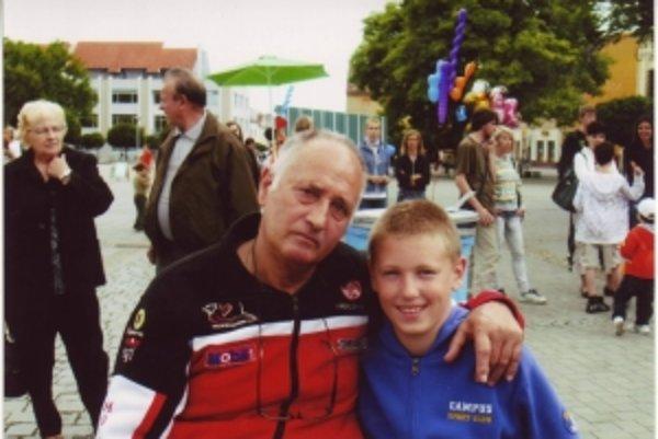 Erik s dedkom Jozefom. Pomohol mu zachrániť život, keď náhle odpadol.