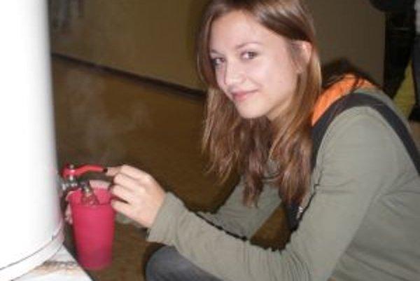 Škola zabezpečila študentom horúci čaj.