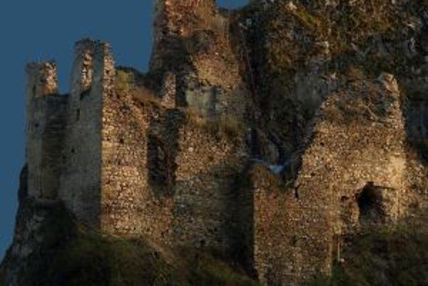 Hrad sa týči nad obcou Lednica.