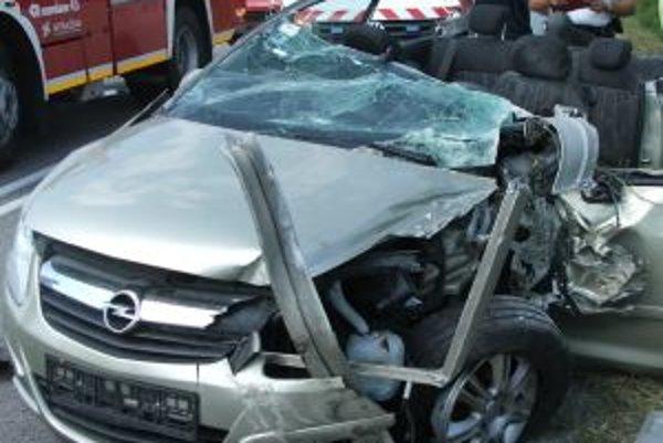 Pri autonehode vyhasol život 19-ročnej spolujazdkyne.
