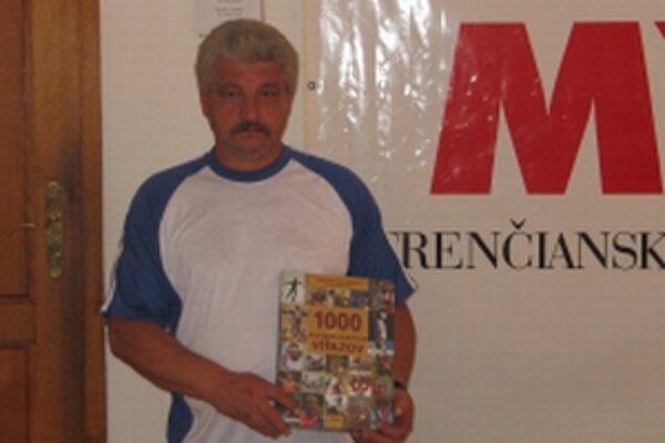 Stanislav Mikoláško vyhral v tipovacej súťaži Trenčianskych novín knihu