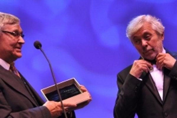 Laureát ceny Hercova misia český herec Josef Abrhám (vpravo) preberá z rúk Petra Hledíka (vľavo) cenu Hercova misia počas otváracieho ceremoniálu 18.ročníka medzinárodného filmového festivalu Art Film Fest 2010.