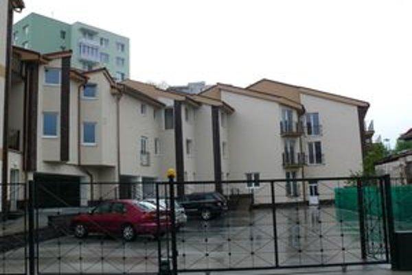 Byty vraj postavili v rozpore so stavebným povolením.