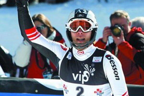Rakúšan Mario Matt oslavuje slalomový triumf v Záhrebe.