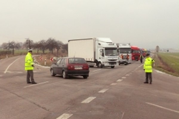 Dopravu usmerňovali policajti, viacerí vodiči sa pýtali na cestu