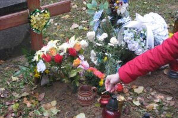 Dievčatko, ktoré pravdepodobne zabila jeho matka, pochovali na jar bez mena. Nedávno ho súd pomenoval Júliou Trenčianskou.