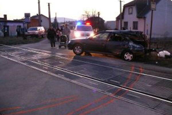 Rýchlik narazil do ľavej zadnej časti osobného auta a zdemoloval ho.