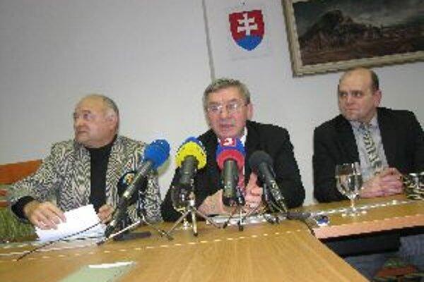 Rektor univerzity Miroslav Mečár abdikoval.