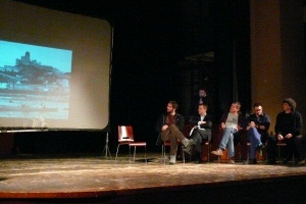 V bývalom kine Hviezda sa pod réžiou moderátora Štefana Hríba konala  diskusia o budúcnosti nábrežia v Trenčíne