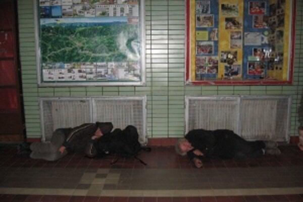 Železniční policajti sa na kontrolách zameriavajú na ľudí prespávajúcich na staniciach.