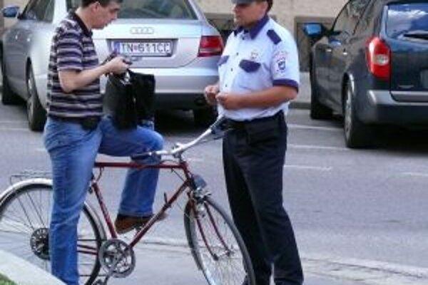 Policajti v lete zastavovali aj cyklistov na Palackého ulici, ktorou sa snažili vyhnúť prejazdu nebezpečnou Hasičskou.