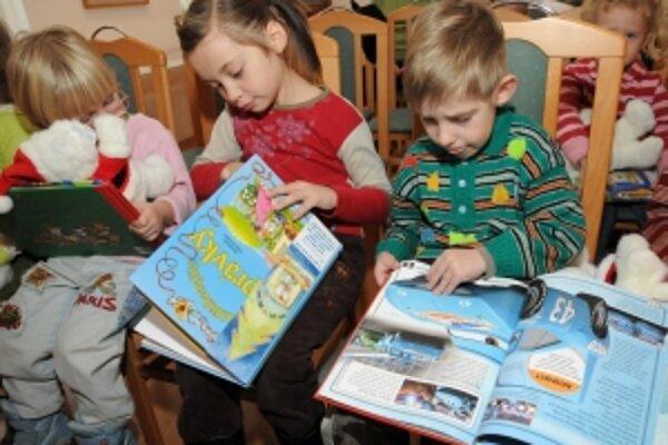 Vlani sa novej knihe vďaka darcom, ktorí ich v trenčianskych knihkupectvách zakúpili potešilo 217 detí z materských a základných škôl, ktorých rodičia nemajú finančné prostriedky na ich kúpu.