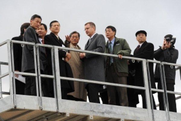 Riaditeľ taiwanskej spoločnosti Au Optronics Kuen Yao Lee (piaty zľava) v spoločnosti primátora Trenčína Branislava Cellera (štvrtý sprava) si prezerajú z vysokozdvižnej plošinyt renčiansky priemyselný park, kde by mala spoločnosť Au Optronics postaviť fa