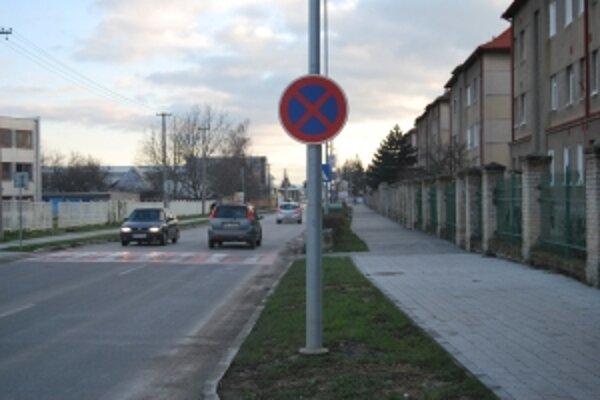Obyvatelia Piešťanskej ulice nesmú pred vlastným domom zastaviť