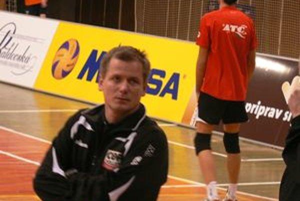 Tréner extraligového volejbalového mužstva Ivan Hiadlovský aktívne pracuje s volejbalovou mládežou extraligového klubu z Trenčína.