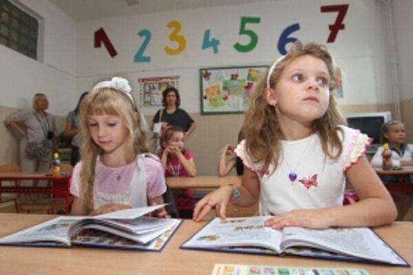 Tohtoroční prváci. Riaditelia veria, že sa budú mať z čoho učiť, pretože do škôl ešte nedorazili všetky učebnice.