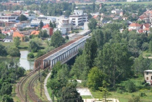 Železnice Slovenskej republiky začali v okolí trate vyvlastňovať pozemky.
