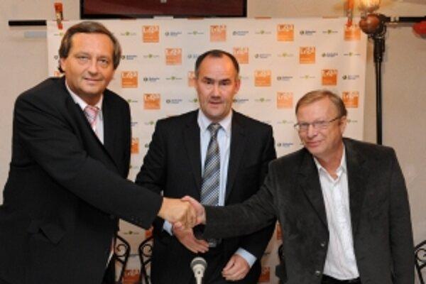 Kandidát na župana Miloš Radosa (uprostred), Dušan Šimka (vľavo) a Pavel Petrík (vpravo) po podpise spoločnej koaličnej dohody počas tlačovej konferencie 2. októbra v Trenčíne.