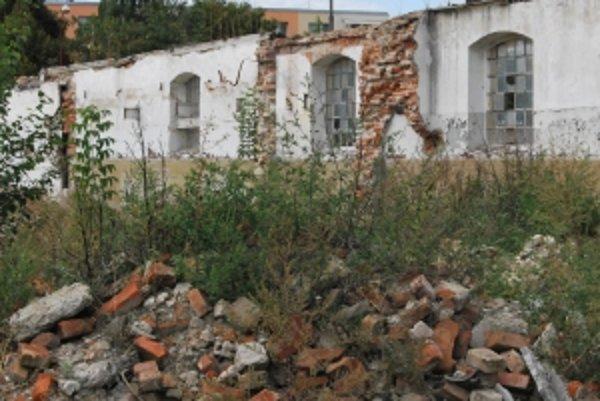 Ruiny bývalého bitúnku sa nachádzajú v tesnej blízkosti sídliska.