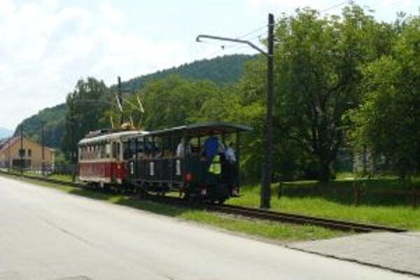 Výstavba elektrickej železnice je úzko spojená s rozvojom kúpeľníctva v Trenčianskych Tepliciach.