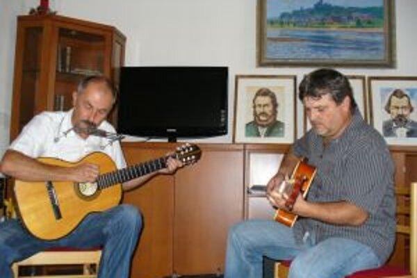 Literárna noc po oficiálnej časti pokračovala nezáväzným programom, kde bolo možné recitovať, čítať svoju tvorbu a dokonca spievať i tancovať. Zahrala aj dvojica Dušan Žembera a Miloš Žáček.